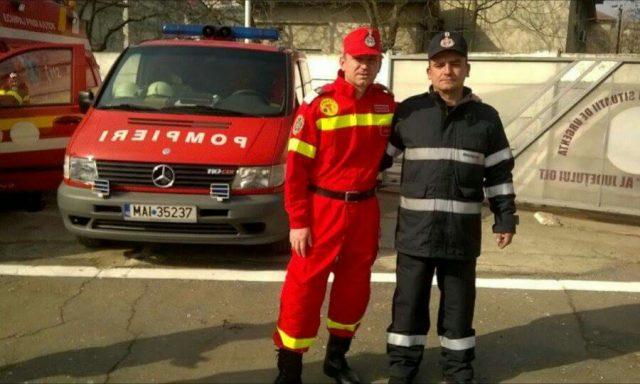 Voluntarul Cristian Covaciu(îmbracat în pompier) şi paramedicul Ilie Cojocaru.