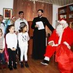 serbare-centru-social-episcopia-slatinei-mos-craciun-cadouri