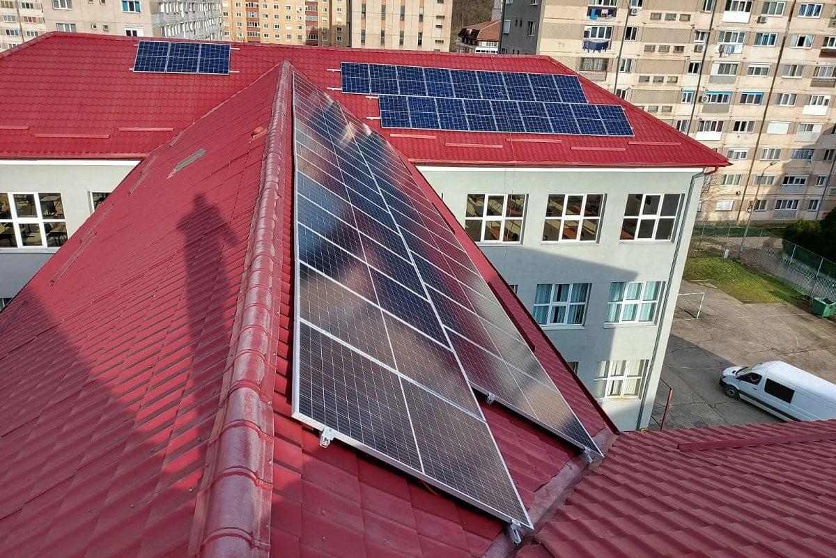 Panouri fotovoltaice CEZ liceu